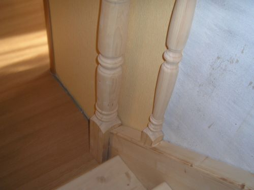 Установленные балясины лестницы