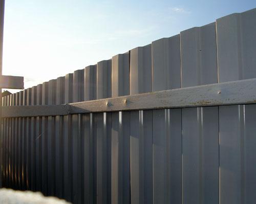 забор из профнастила с металлическими лагами