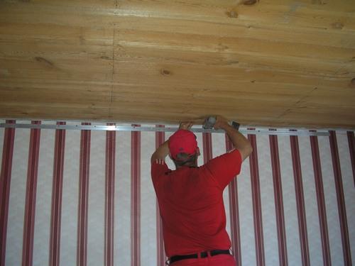 прикручивание багета для натяжного потолка